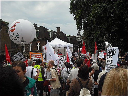 NHS 축소 반대 시위에 나선 영국인들.