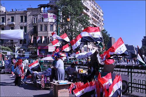 카이로의 타흐리르 광장에서 이집트 국기를 파는 상인들.