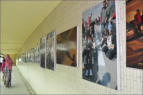 지하철 사다트 역 통로에서 열리고 있는 혁명 사진전.