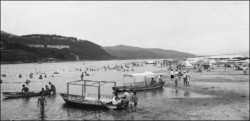 이게 바로 한강 광나루 '강수욕장'. 금빛 모래밭과 많은 시민이 수영과 뱃놀이를 즐기던 광나루의 한강 변입니다. 이게 바로 진짜 한강이지요. 그러나 한강개발이라는 이름으로 사라지고, 보잘것 없는 콘크리트 수영장이 전부가 되었습니다.