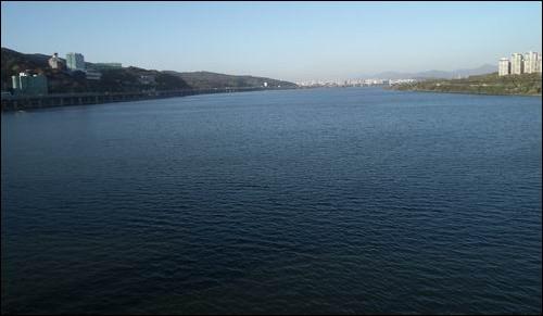 광나루 강수욕장이 있던 한강입니다 왼쪽 아차산은 예나 지금이나 그대로입니다. 그러나 위의 옛날 광나루 사진에서 보이던 금빛 모래와 사람들은 없습니다. 왜 이렇게 되었을까요? 그 누군가가 개발이라는 이름으로 한강의 모래를 다 준설하고 보를 세웠기 때문입니다.