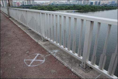 한강 다리의 이 표시는? 한강에서 뛰어내린 사고의 자리를 표해놓은 듯합니다. 한강 다리는 투신 자살의 명소로 거듭났습니다. 이 대통령이 한강을 준설하고 보를 세워 물만 가득 채워놓았기 때문입니다. 앞으로 4대강 사업이 완공되면 4대강의 모든 다리들이 한강처럼 투신자살의 명소가 될 것입니다.
