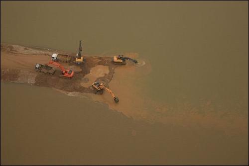 피눈물 흘리는 낙동강 이 대통령께서 '어른조차 빠져죽는 강'을 만드느라 낙동강이 피눈물 흘리고 있습니다.