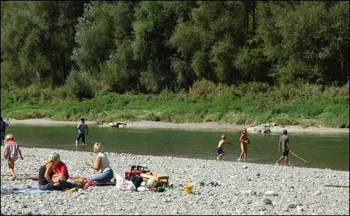 아이들의 강으로 다시 살아난 스위스 투어강 이게 바로 진짜 아이들의 강입니다. 아이들이 강물에 언제나 마음 놓고 들어갈 수 있는 강. 한강의 콘크리트 수영장과는 정 반대입니다.