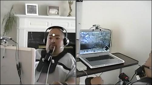 장애인이 적외선을 사용한 '헤드트레커'를 이용해 게임을 즐기고 있다.