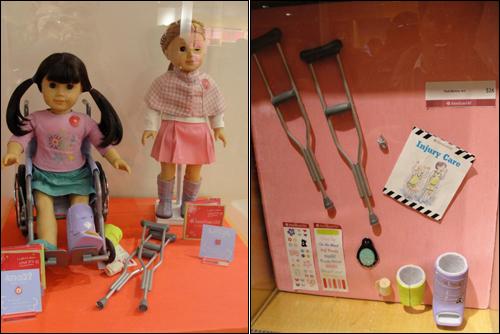 미국 어린이들 사이에서 인기 높은 '아메리칸 걸'의 인형과 소품. 휠체어와 목발이 보인다.