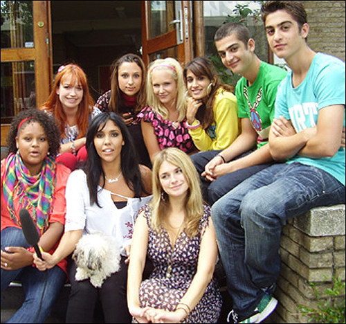 네덜란드 공영방송에서 방영 중인 청소년 드라마 <스팡하스>는 다양한 인종이 함께 공부하면서 겪는 일을 보여준다.
