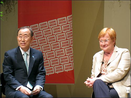 지속가능성이라는 주제로 토론하고 있는 반기문 유엔 사무총장과 할로넨 핀란드 대통령.