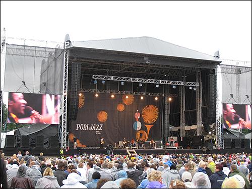 야외 재즈 공연장을 가득 메운 관객들.