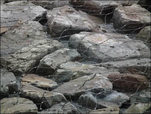 돌이 떠내려가지 않도록 쉽게 녹슬지 않는 철망으로 덮습니다. 도대체 이 작은 하천의 유속이 얼마나 빠르고 위태롭기에 이런 일을 하는 것일까요? 대개 이 철망은 한 10년은 견딘다고 합니다. 그러면 그 다음은...