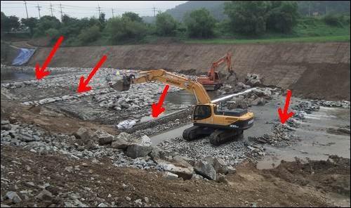 그저 하천바닥을 돌로 덮는 것이 전부가 아닙니다. 4대강 준설로 인해 워낙 큰 경사가 발생한 덕에 계단식으로 돌을 덮고 있습니다. 빨간 화살표로 3개의 계단이 만들어졌는데, 굴착기 아래 또 하나가 만들어지고 있습니다. 앞으로 몇 개의 계단이 더 만들어져야 끝이 납니다. 4대강 준설과 역행침식이 얼마나 큰 재앙이 되는지 잘 보여주고 있습니다.