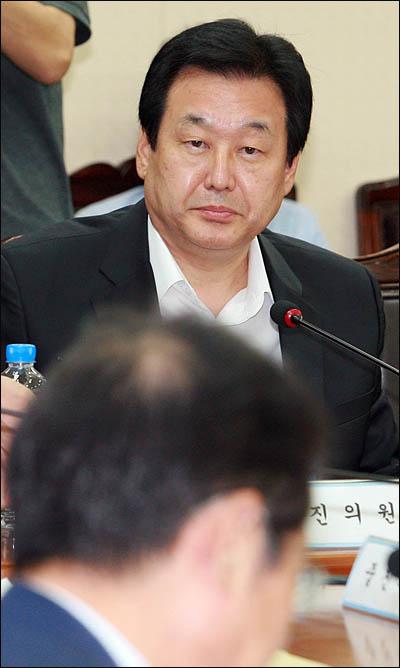 """27일 한나라당 최고중진연석회의에 참석한 김무성 의원은 제주도 해군기지 건설 논란에 대해 """"노무현 정권에서 결정된 국책사업으로 1천억원 이상 투입됐는데 종북주의자 30여명 때문에 중단되고 있다""""면서 """"평화를 외치지만 사실상 북한 김정일의 꼭두각시 종북세력이 대부분""""이라고 주장했다."""