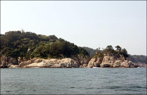 지심도 지심도 동쪽 해안가는 바위와 절벽으로 비경이 빼어나다.