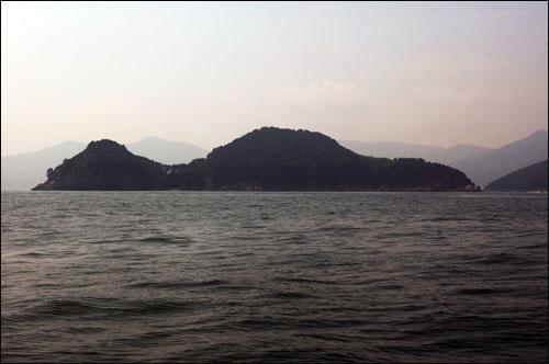 내도 섬 뒤쪽에서 바라본 내도. 한자인 '산'자 모양과 너무 흡사한 모습을 하고 있다.