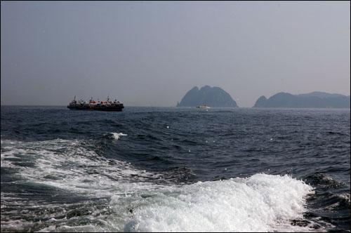 해금강 대한민국 명승 2호 해금강. 희미한 운무속에 해금강이 보이고 여행자를 실은 유람선은 바다에서 휴식을 취하고 있다.