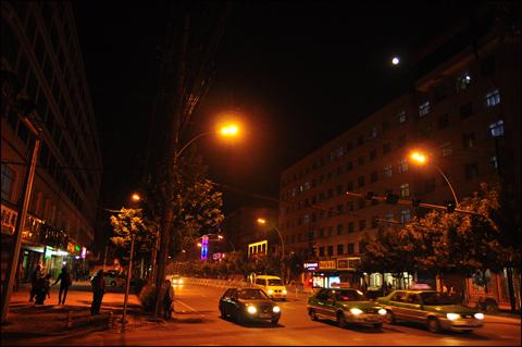 서녕에서 묵은 호텔은 값에 비해 너무나 형편없었다. 사진은 서녕의 밤풍경.