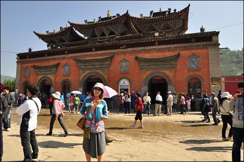 티베트의 대찰 타얼사 입구에서