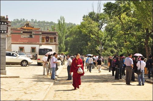 승복을 입고 있는 승려(라마)의 모습. 티베트 불교의 승려들은 일반인과 특별히 거리를 두지 않고 자연스럽게 어우러져 살아간다.