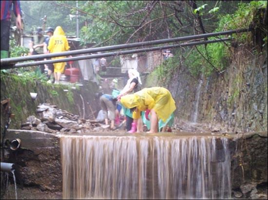 구룡마을 복구작업 중인 jts 봉사자들