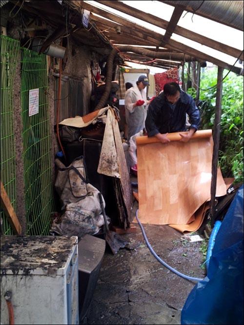 침수된 집을 정리하는 JTS 봉사자들