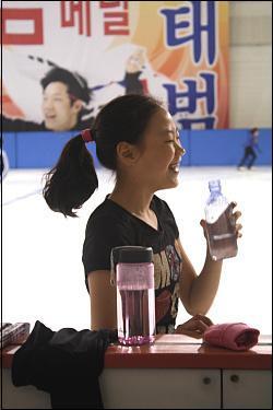 물을 마시고 있는 김해진 선수, 힘든 연습 중에도 환하게 웃고 있다