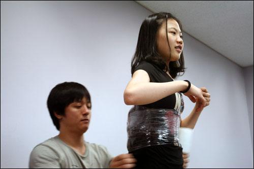 연습 도중, 경미한 부상을 당한 김해진 선수, 트레이너 박상현씨가 그런 김해진 선수를 살피고 있다