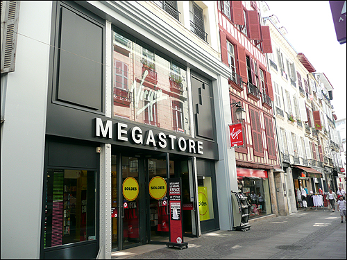 대형 문화상품 판매 공간 중 하나인 비르진(Virgin).