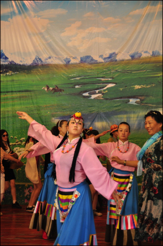 관광지에서 공연을 하고 있는 소수민족 아가씨