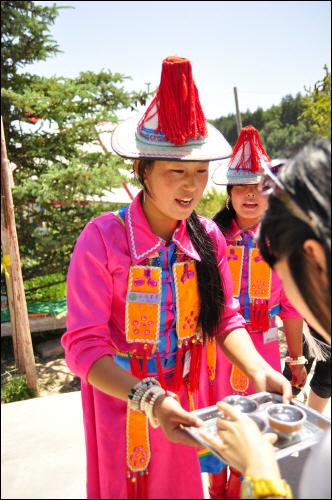 관광지의 식당에 들어서며 위구족 전통 방식대로 환영을 받았다.