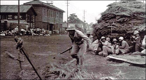 1946년 10월 2일, 대구 태평로 삼국상회(현재 SK주유소) 부근에서 경찰이 진압을 벌이고 있다. 왼쪽에는 시위 군중들이 경찰의 발포에 쫓기고 있고 도로가에는 시민 여러 명이 쓰러져 있다.