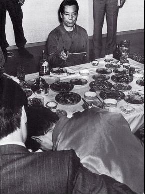 1979년 11월7일 밧줄에 묶인 김 부장이 권총을 든 채 박 전 대통령 시해 장면을 재현하고 있다.