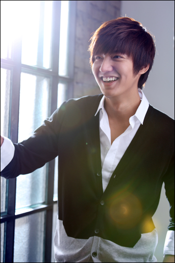 배우 이민호가 SBS 드라마 <시티헌터> 종영 후, 5일 논현동의 한 레스토랑에서 첫 공식 인터뷰 자리를 가졌다.