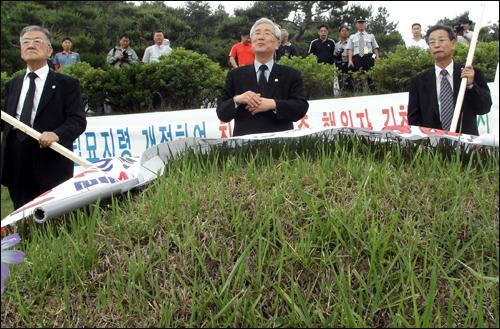 대전현충원 김창룡 묘 앞에서 이장을 요구하는 시위를 벌이고 있는 시민단체 회원들(2007년)