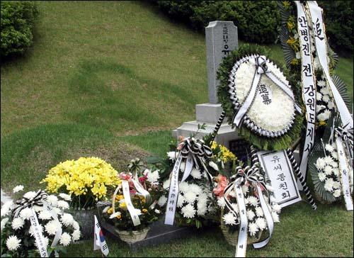 현충일을 맞아 국립대전현충원에 안장돼 있는 유학성 전 의원의 묘지앞에 국군기무사령관(오른쪽 4번째) 등 이름으로 놓인 조화(2007년)