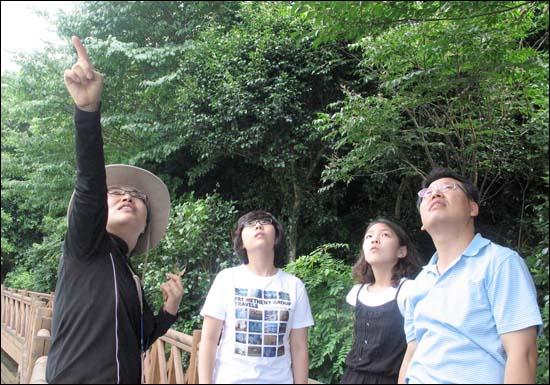 난대림의 이모저모를 설명해주는 숲해설가. 숲의 매력을 높여주는 사람이다.