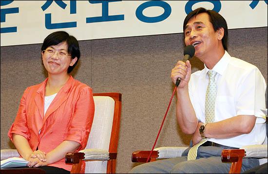 8일 저녁 서울 중구 프레스센터에서 열린 '새로운 진보정당 건설을 위한 공개토론회'에서 이정희 민주노동당 대표와 유시민 국민참여당 대표가 진보대통합에 관해 얘기를 나누고 있다.