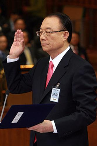 최시중 방송통신위원회 위원장 후보자가 지난 2008년 3월 17일 오전 국회 방통특위 인사청문회에 출석해, 선서를 하고 있다.