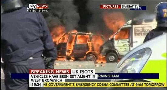 영국 폭동 소식을 속보로 전하는 <스카이 뉴스> 화면