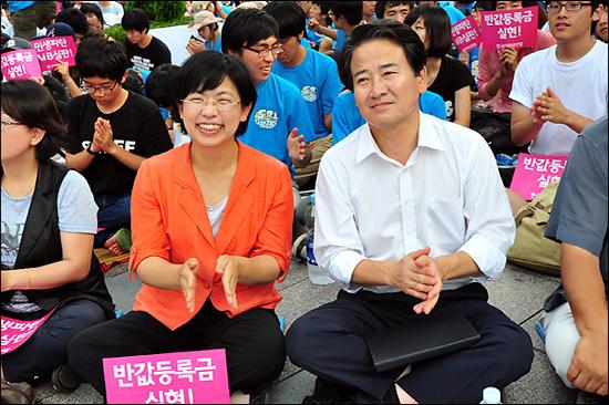15일 오후, 서울 청계광장 인근에서 개최된 '반값 등록금 요구' 집회에 참석한 민주당 정동영 최고위원과 민주노동당 이정희 대표