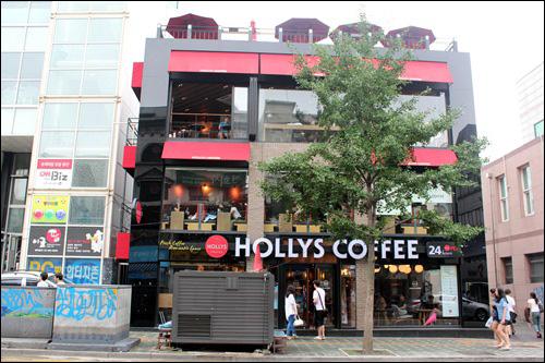 할리스 커피 신촌점 신촌역에서 연대가는 길에 위치한 커피전문점. 한 건물 전체를 매장으로 쓰고 있다.
