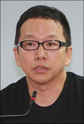 16일 오후 서울 중구 경향신문 별관 금속노조 대회의실에서 열린 '한진중공업과 희망버스'에 대한 집단토론에서 김규항 <고래가 그랬어> 발행인이 '시대의 아이콘이 된 희망버스' 주제로 이야기를 하고 있다.