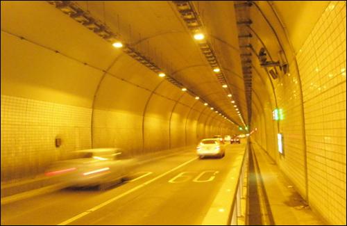 터널을 지나고 있는 차량들. 삶에 지친 사람들은 인생의 터널을 빨리 빠져나오길 소망하고 있다.