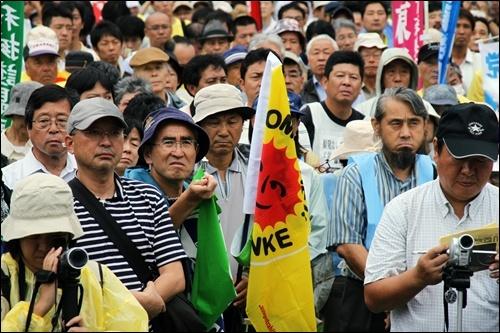 이날 비가 내리는 날씨 속에서 집회가 열린 후쿠시마시 마치나카광장에는 주민들뿐 아니라 일본 국내외로부터 온 1700여 명의 참가자들이 모였다.