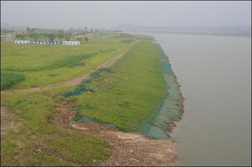 남한강 이포대교 부근에 조성한 공원. 자연습지는 인공공원으로 바뀌고, 준설로 하천변은 직선화되었다.