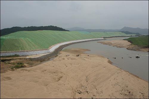 낙동강 병성천 부근의 준설토 적치장. 하천변을 따라 모래산이 쌓여있다.