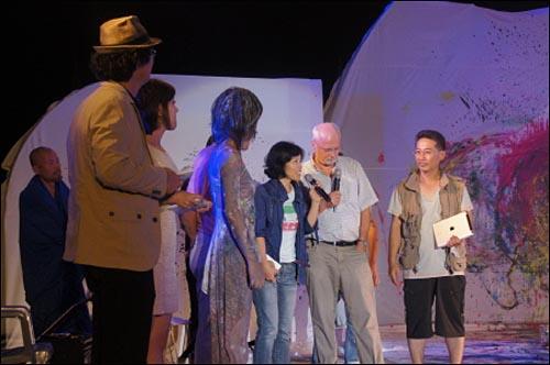 """""""강의 눈물"""" 관람 직후 무대에 올라 인사하는 베른하르트 교수. 그는 눈물을 참느라 인사말을 잇지 못했다."""