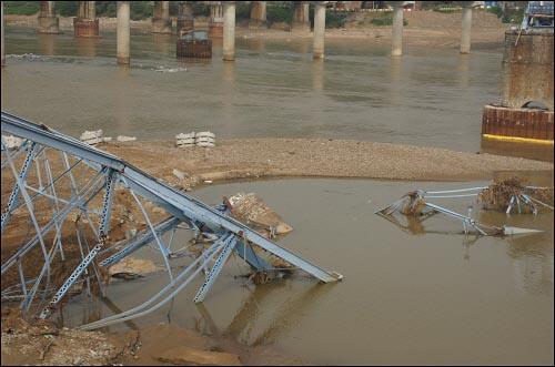 왜관철교의 부러진 교각은 베른하르트 교수의 설명대로 물이 흘러오는 방향으로 넘어져 있다.