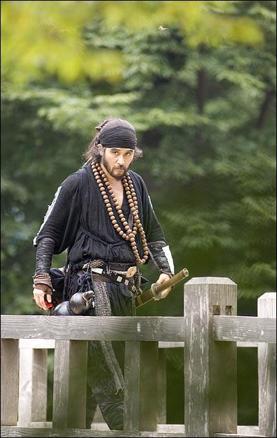 20일 오전 경기도 용인 한국민속촌에서 진행된 SBS <무사 백동수>촬영에서 배우 최민수가 카메라를 응시하고 있다.