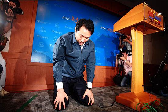 21일 기자회견에서 오세훈 시장은 눈물을 흘렸다.