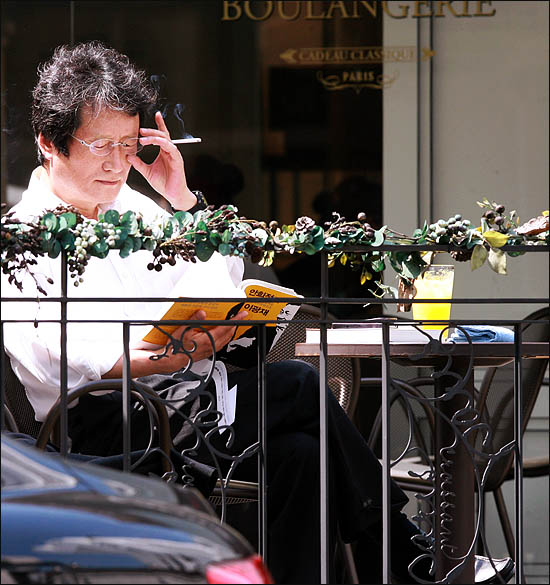 야권통합운동을 벌이고 있는 문성근 국민의명령 대표가 22일 오후 서울 여의도의 한 카페에서 따뜻한 햇살을 맞으며 잠시 여유를 즐기고 있다.